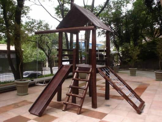 Playground de madeira.