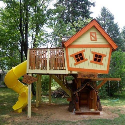 Playground com casinha.