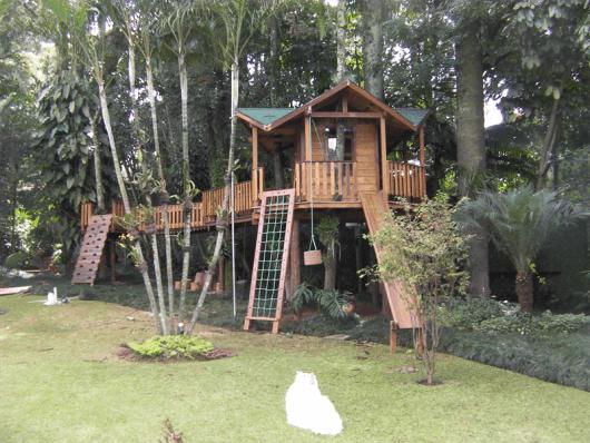 Playground grande de madeira.