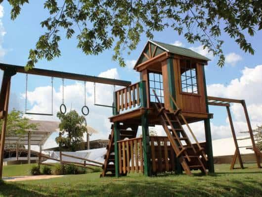 Playground elaborado de madeira.