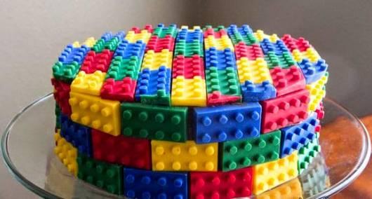 Bolo lego coberto por várias peças coloridas.