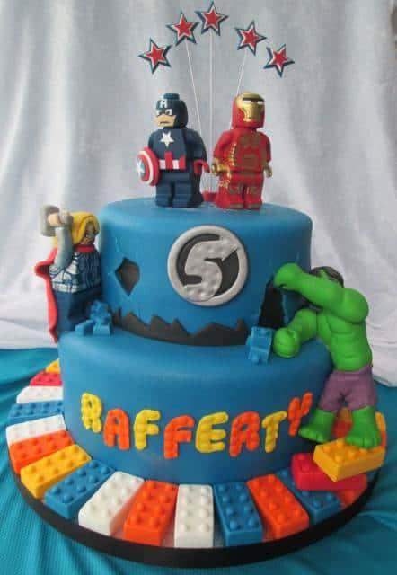 Bolo azul com super heróis.