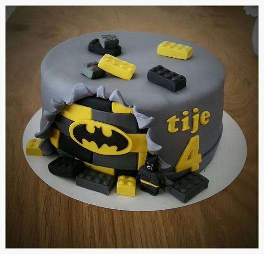 Bolo cinza, amarelo e preto do Batman.