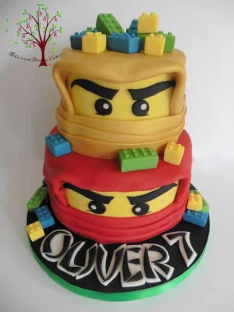 Bolo Ninjago preto, vermelho e amarelo.