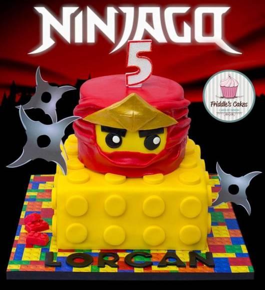 Bolo ninjago e bolo de lego amarelo.
