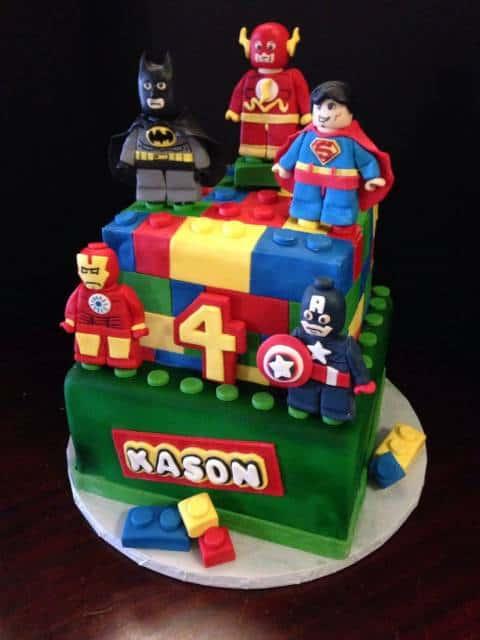 Bolo em formato de bloco de lego com personagens da Marvel.