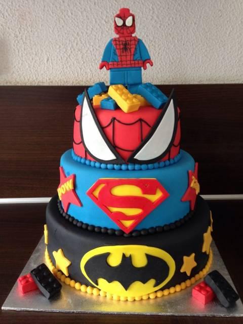 Bolo do homem-aranha, superman e batman.
