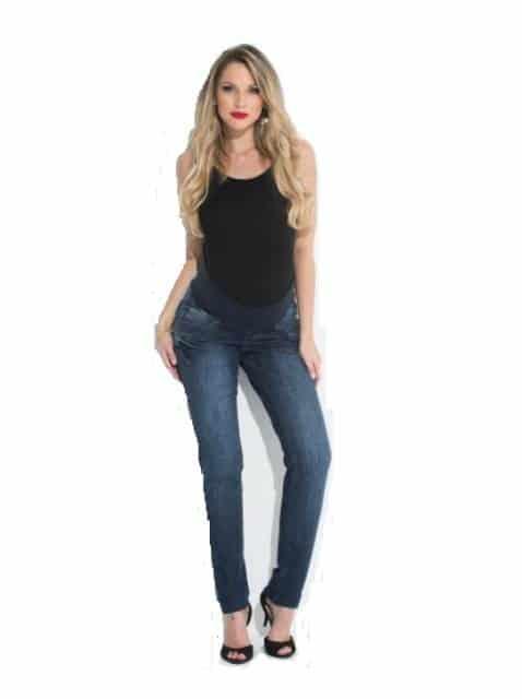 Modelo veste calça jeans azul, blusa collant preta e sapato no mesmo tom.