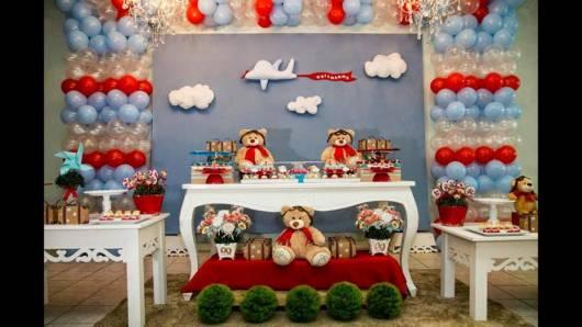 Ursinhos de pelúcia decorados como aviadores.