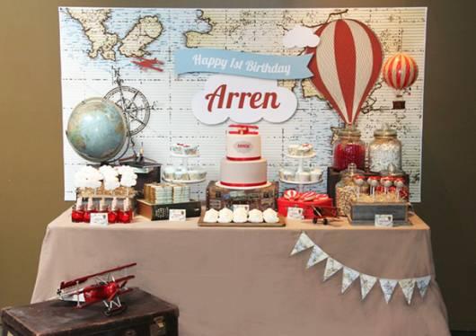 Mesa principal decorada no tema festa aviador .