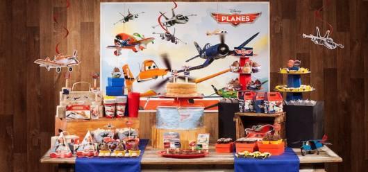 Diversos aviões na decoração.