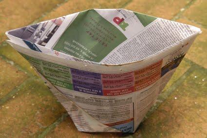 Saquinho de lixo feito com jornal.