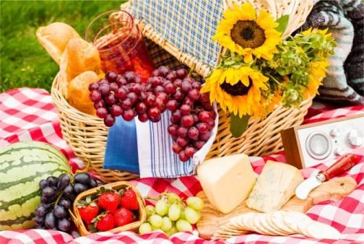 Frutas na cesta de piquenique.