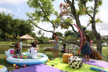 Crianças brincando no parque.