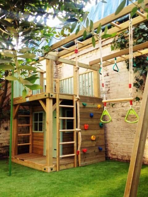 Playground com parede para escalada.