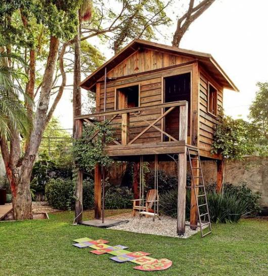 Playground no estilo 'casa de madeira'.
