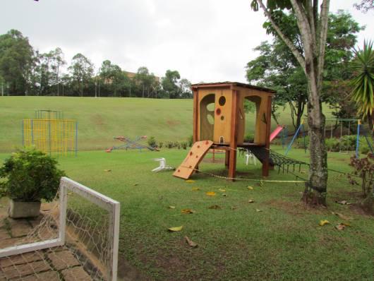 Playground simples de madeira.