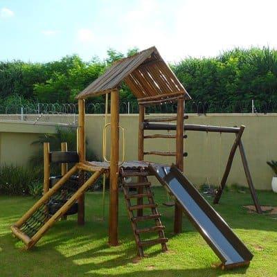 Playground com escada, escorregador e rede.