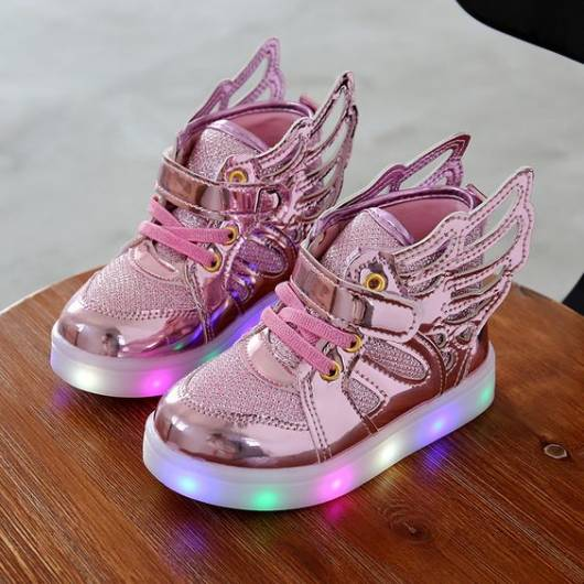 tênis rosa com asas