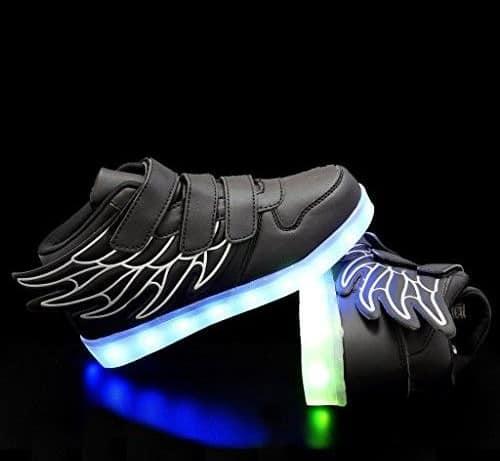 tênis preto com asas