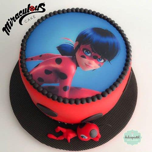 Imagem da Ladybug no topo de bolo vermelho.