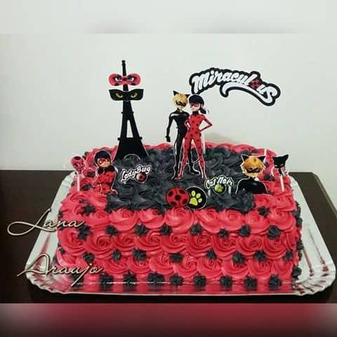Bolo Ladybug decorado com glacê vermelho e preto.