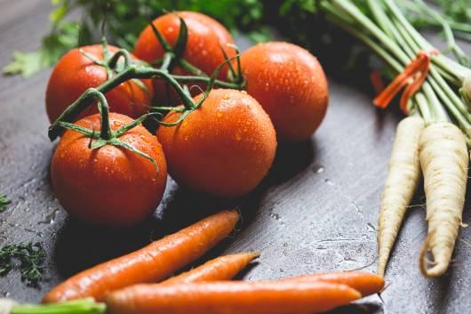 Imagem mostrando tomates e cenouras.