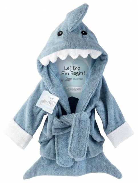 Roupão de banho com touca de tubarão.