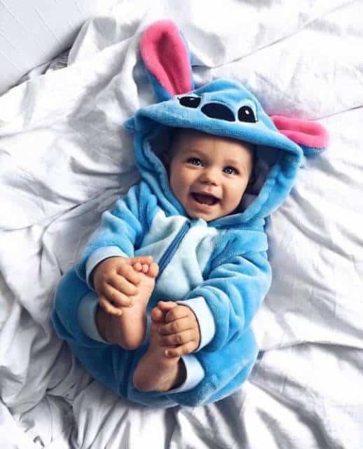 Bebê com roupinha do Stitch, do filme Lilo & Stitch.