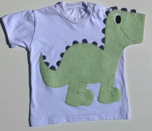 Camisetinha com desenho de dinossauro para enxoval de menino.