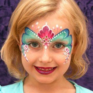 Maquiagem de serei com as cores verde, azul, branco, e rosa.