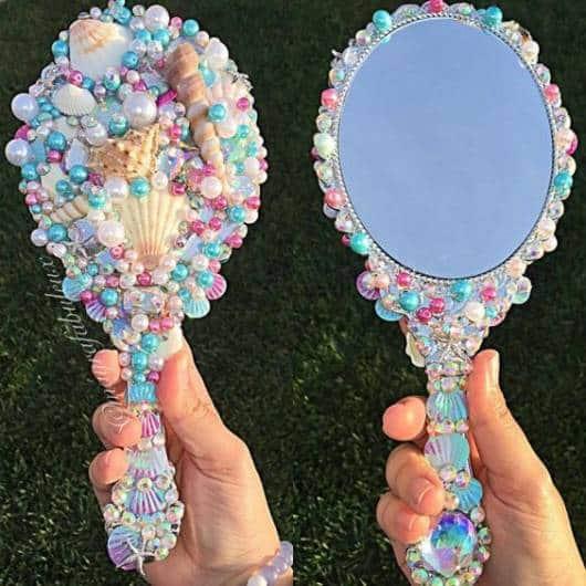 Espelho com conchas e pérolas.