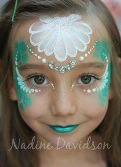 Maquiagem verde e branca.