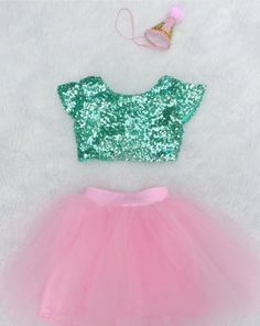 Fantasia de sereia com saia rosa e blusinha verde.