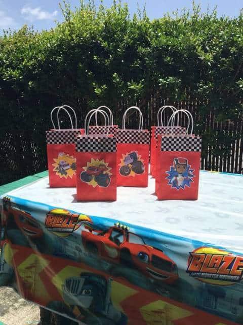 Pacotes para lembrancinhas personalizados com imagens do Blaze.