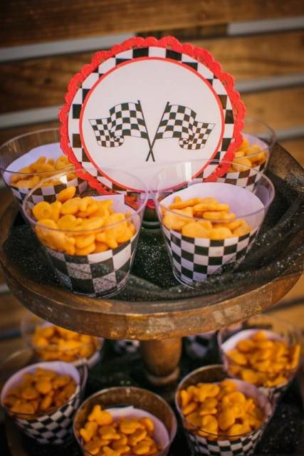 Salgadinhos em copos com decoração preto e branco.