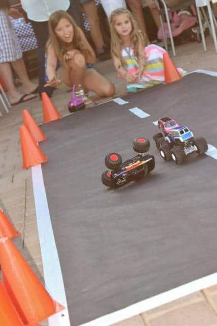 Pista de corrida de carros improvisada para brincadeira de crianças.