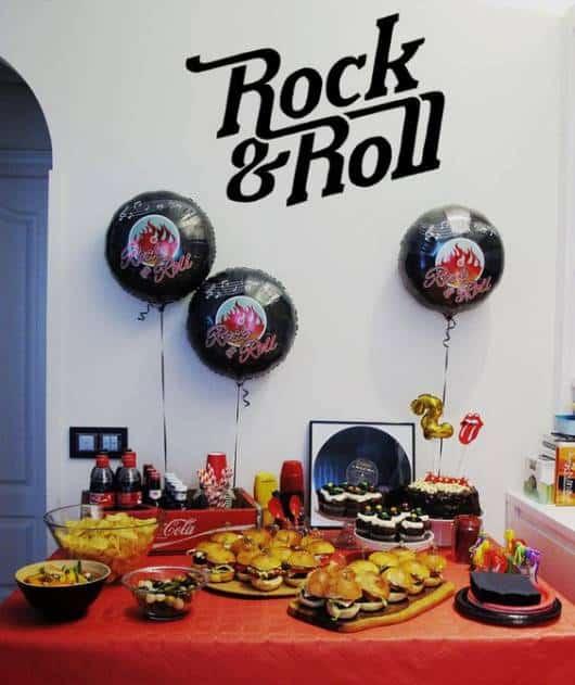 Festa Rock n' Roll com cardápio de hamburguers e salgadinhos.