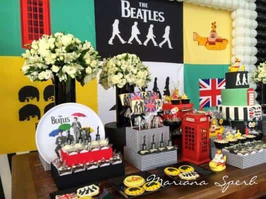 Decoração de festa Rock n' Roll com homenagem aos The Beatles.