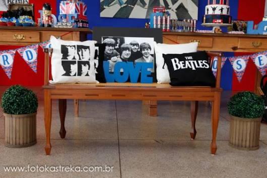 Banco com almofadas dos The Beatles para decoração.
