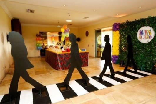 Decoração com formato do corpo dos Beatles em pé, imitando a capa do álbum Abbey Road.