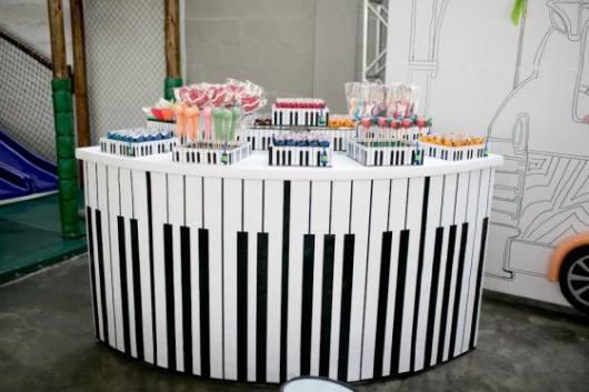 Mesa decorada com decoração de teclas de piano.