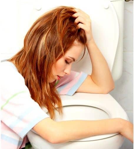 Mulher na frente de um vaso sanitário.