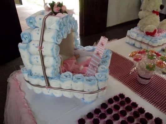 Bolo de chá de fralda em formato de carrinho de bebê