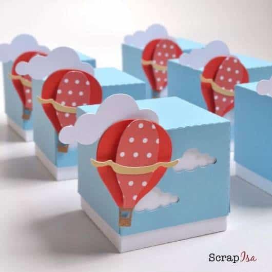 Caixinhas azuis com nuvens e balões vermelhos.