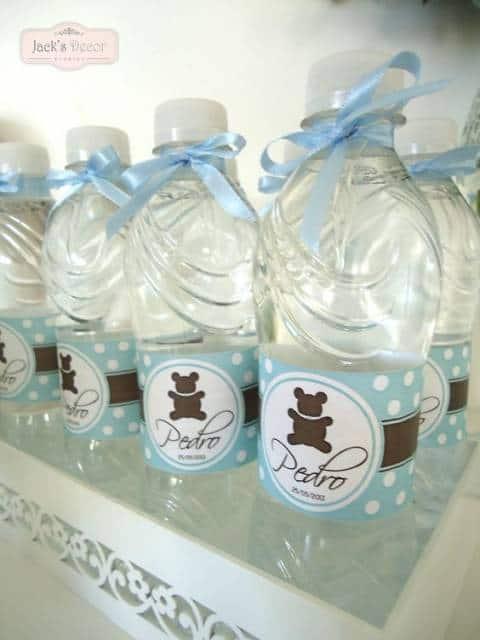 Garrafas de água com embalagem com o nome do bebê.