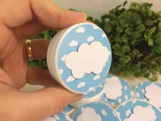 Potinho branco com tampa de nuvens.