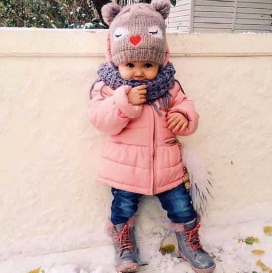 bebê com casaco de frio rosa