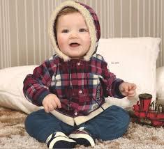 bebê com casaco listrado