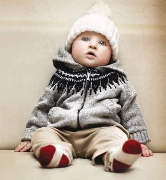 bebê com casaco de tricô cinza
